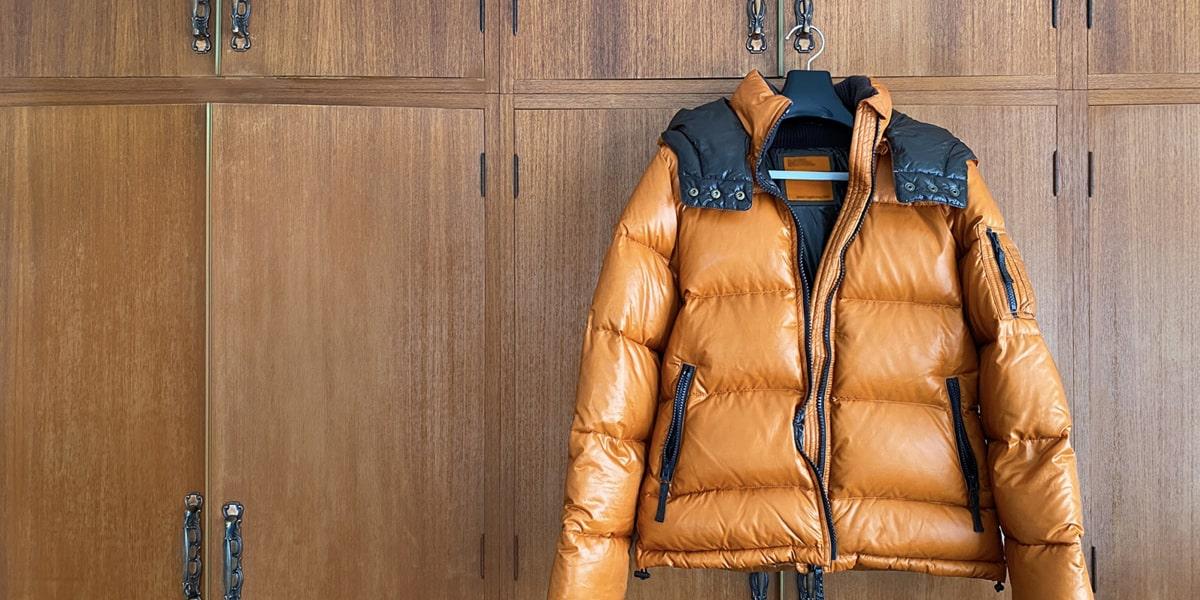 オレンジのダウンジャケット