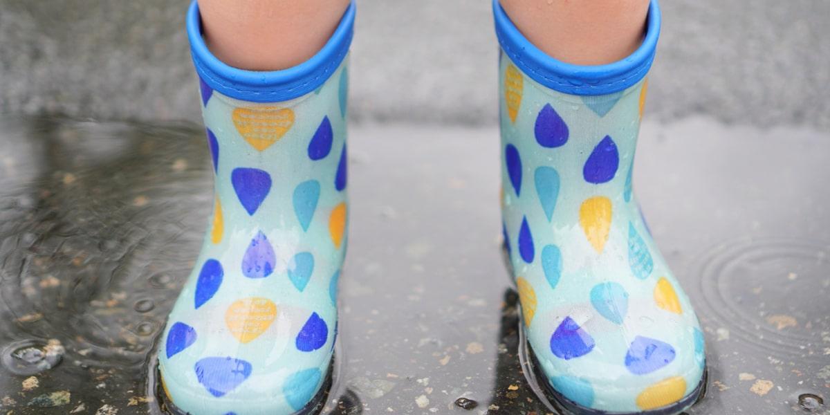 長靴を履いている子供