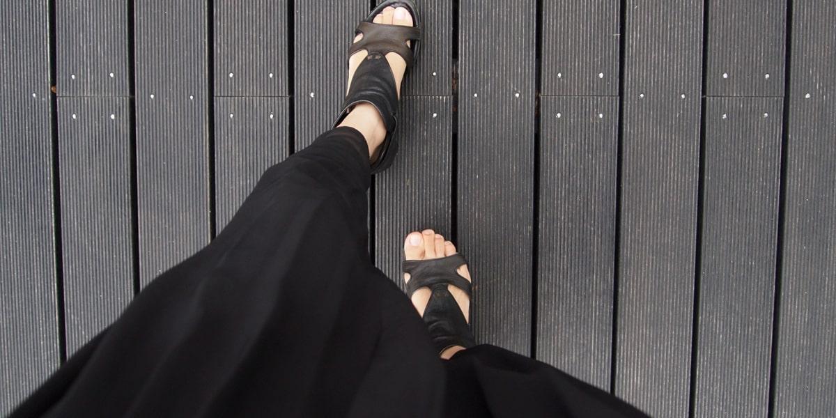 プリーツスカートで歩く女性