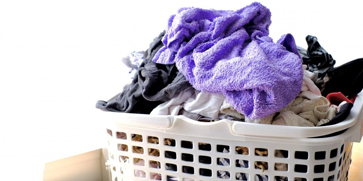 洗濯かごの中の洋服