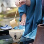 着物で茶会に参加する女性