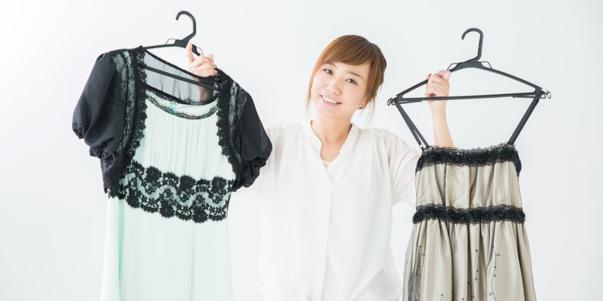 ドレスを掲げる女性